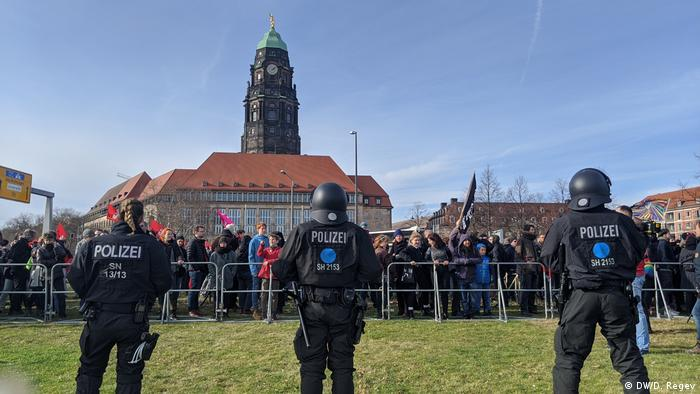 Police officers lined up at Dresden rallies (DW/D. Regev)