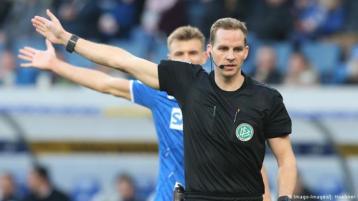 Schiedsrichter Soeren Storks (r.) gibt Anweisungen (Foto: Imago-Images/J. Huebner)
