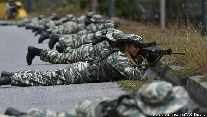 Члены боливарианской национальной милиции во время военных учений в Венесуэле 15 февраля 2020 года
