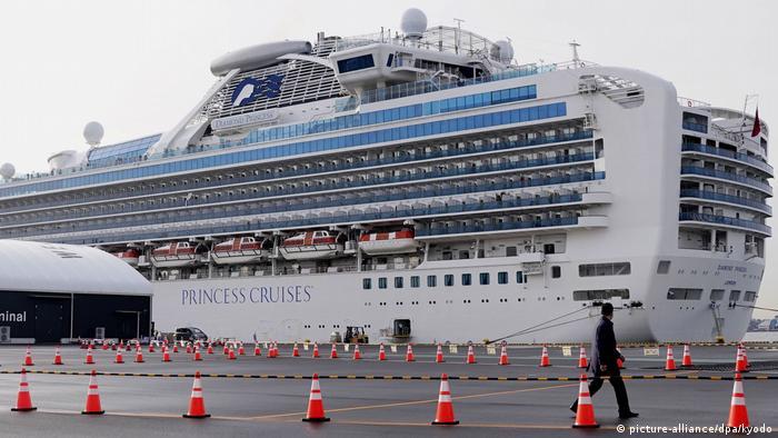 O navio Diamond Princess, sob quarentena no Japão
