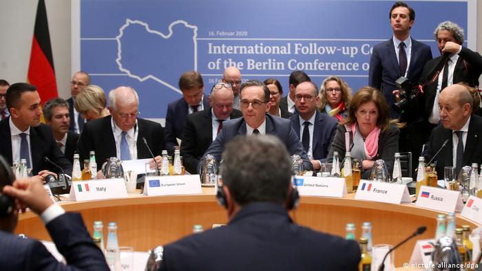 Ministro alemão do Exterior Heiko Maas (c.) em reunião com seus homólogos sobre a crise na Líbia em Munique