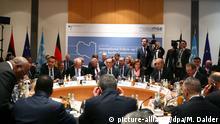 16.02.2020, München: Heiko Maas (M), Außenminister, Stephanie Williams (2.v.r. sitzend), stellvertretende UN- Sondersondergesandte für Libyen, und weitere Politiker nehmen im Rahmen der 56. Münchner Sicherheitskonferenz am 1. Treffen des internationalen Follow-up Komitees zu Libyen teil. Foto: Michael Dalder/Reuters Pool/dpa +++ dpa-Bildfunk +++ | Verwendung weltweit