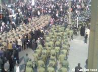 تریبون سخنرانی احمدینژاد در میدان آزادی توسط صدها نیروی نظامی و امنیتی از جمعیت جدا میشد.