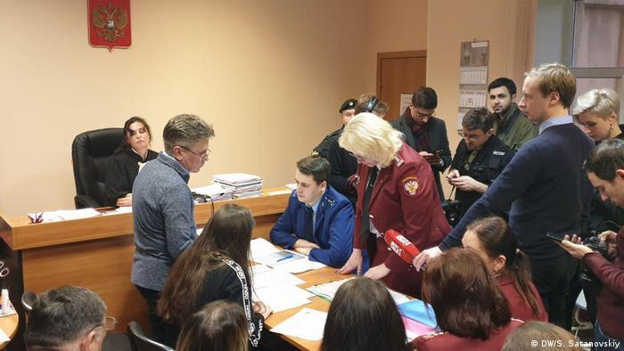 Россиянка Алла Ильина (слева) на заседании суда по вопросу о ее принудительной госпитализации в связи с вероятностью заражения коронавирусом