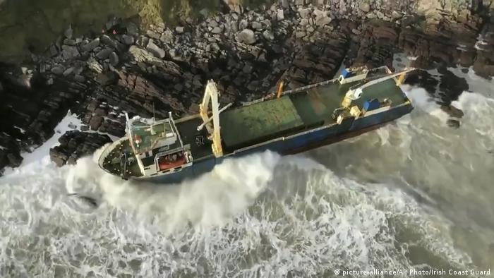 Geisterschiff strandet an Irlands Südküste