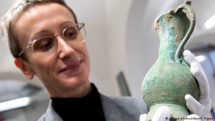 Бронзовый кувшин, показанный на презентации археологических находок