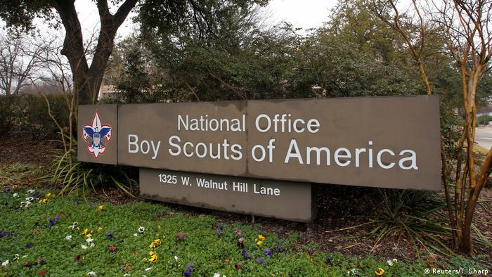 Letreiro da Boy Scouts of America em frente a sede no Texas