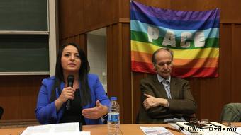 Sevim Dağdelen (solda), silah ihracatları konusunda hükümetin şeffaflıktan uzak bir politika izlediğini savunuyor.