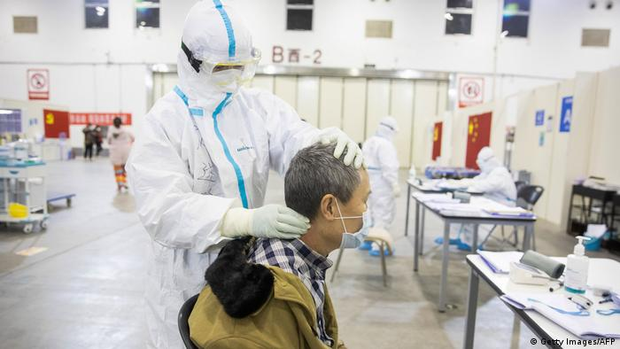 Médico tratando a un paciente que presentó los síntomas del coronavirus, en Wuhan.