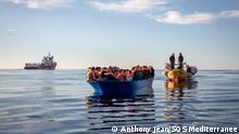Bilder einer Rettung durch das Team der Ocean Viking