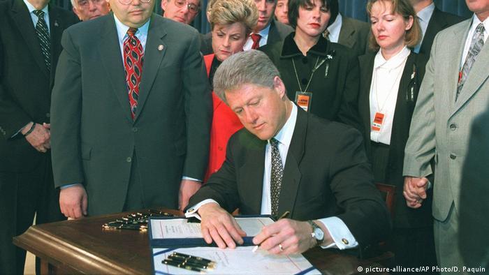 USA Bill Clinton unterschreibt Helms-Burton-Gesetz (1996)