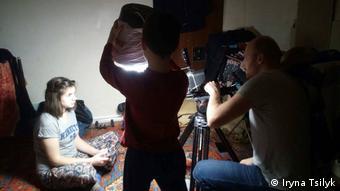 Myroslava wird von Viacheslav Tsvietkov gefilmt, Vladyslav hält das Licht: Dreharbeiten für The Earth Is Blue As An Orange von Iryna Tsilyk (Foto:Iryna Tsilyk)