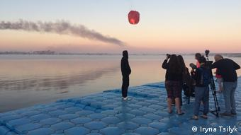 Dreharbeiten am See für den Film The Earth Is Blue As An Orange in der Ukraine