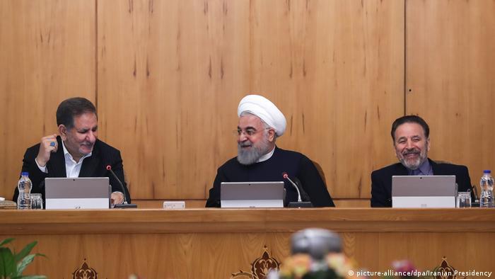 حسن روحانی (وسط) به همراه محمود واعظی (راست) و اسحاق جهانگیری در نشست هیأت دولت در روز ۳۰ بهمن