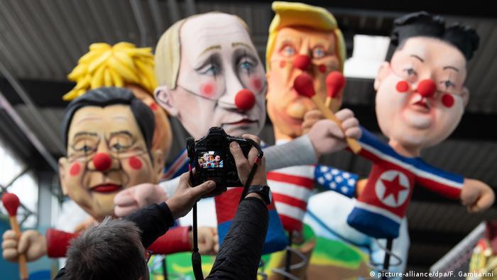 Xi Jinping, Boris Johnson, Putin e líder norte-coreano Kim Jong-un em carro carnavalesco em Colônia