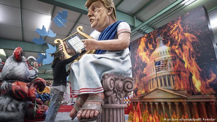 Дональд Трамп в образе императора Нерона на фоне горящего Капитолия - сатирическая повозка в Майнце