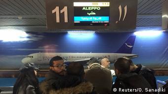 Un vuelo civil con ministros sirios y periodistas a bordo aterrizó este miércoles en el aeropuerto de Alepo, procedente de Damasco.