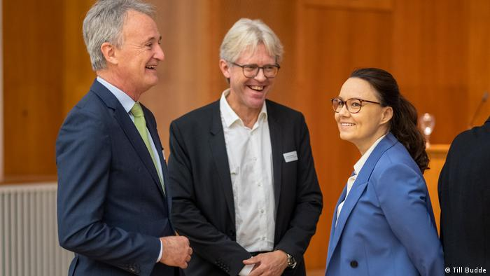 An image showing Han Joachim Bliss chatting with German Minister of State Michelle Münterfering (right).