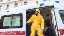 Februar 2020 Coronavirus und Vorbeugungsmaßnahmen in Kiew. Sanitäter in einer Schutzuniform in Kiew.
