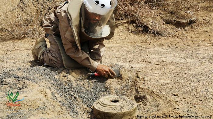 Yemen Marib | Entschärfung einer Landmine (picture-alliance/AP Photo/Emirates News Agency)