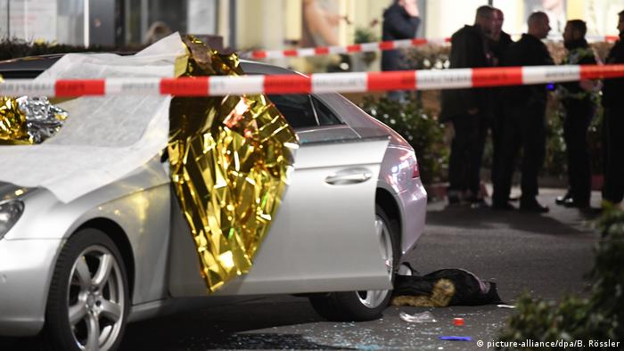 A car surrounded by shattered glass in the area of the Hanau attacks