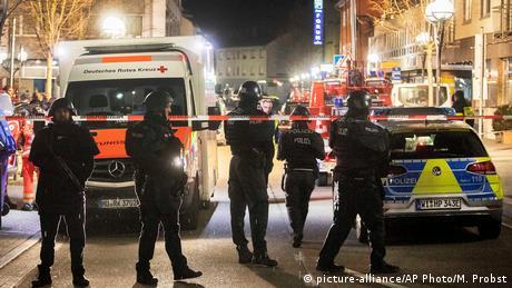 Policiais fazem a segurança de área isolada.