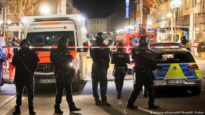Armed police standing next to emergency services vehicles (picture-alliance/AP Photo/M. Probst)