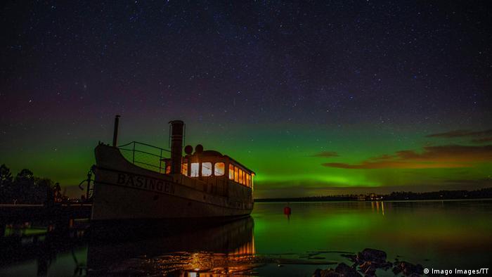 Polarna svjetlost je jedna od najspektakularnijih prirodnih pojava u mračnim zimskim mjesecima. Najbolje se vidi u jesen ili proljeće, kao što je to na slici u Švedskoj kod gradića Avesta. Svjetlosni spektakl dio je svakodnevnog života tamošnjih mještana, a svake godine se u ovom gradu pojavljuje sve više turista koji žele da vide magičnu igru boja.