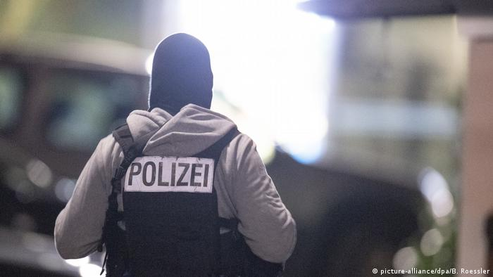 Un polițist la locul faptei, la Hanau (picture-alliance/dpa/B. Roessler)