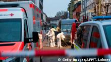 Investigators in Hanau look at the street for evidence gathering (Getty Images/AFP/T. Lohnes)