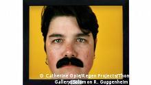 Що робить чоловіка чоловіком? Це питання стоїть у центрі робіт фотографині Кетрін Оупі.