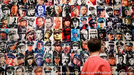 El hombre de guerra es una de las principales abstracciones del patriarcado. Este collage de Tristan Fewings muestra lo poderosos e intimidantes que estos hombres pueden llegar a ser. Se trata de una avalancha de imágenes de generales y almirantes de películas de la Segunda Guerra Mundial. Pero las imágenes parecen estar apiladas como una estructura frágil que podría colapsar fácilmente.