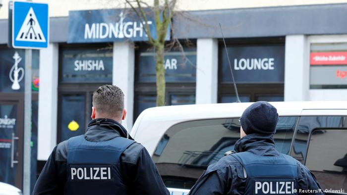 Police officers stand outside the Midnight shisha bar in Hanau (Reuters/R. Orlowski)
