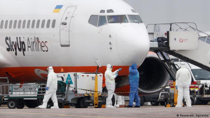 Літак, який доправив евакуйованих з Уханю, під час дозаправки в аеропорту Бориспіль