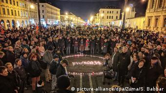 Κεριά στη μνήμη των θυμάτων στο κέντρο του Μονάχου το βράδυ της Πέμπτης