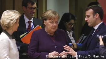 Brüssel | EU Gipfeltreffen: Angela Merkel, Emmanuel Macron und Usula von der Leyen (picture-alliance/AP Photo/O. Matthys)