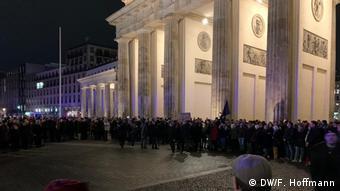 Μία ανθρώπινη αλυσίδα γύρω από την Πύλη του Βρανδεμβούργου στο Βερολίνο