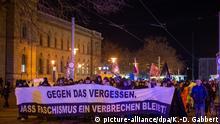20.02.2020, Sachsen-Anhalt, Magdeburg: «Gegen das Vergessen, dass Faschismus ein Verbrechen bleibt!» steht auf einem Transparent das Demonstranten vor sich her tragen. Vor den Hauptbahnhof versammelten sich mehrere hundert Menschen, um gegen Faschismus zu demonstrieren. Foto: Klaus-Dietmar Gabbert/dpa-Zentralbild/dpa +++ dpa-Bildfunk +++ | Verwendung weltweit