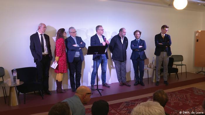 Asanžov otac (sasvim levo) i grupa Asanžovih advokata, Pariz, 20.02.2020.