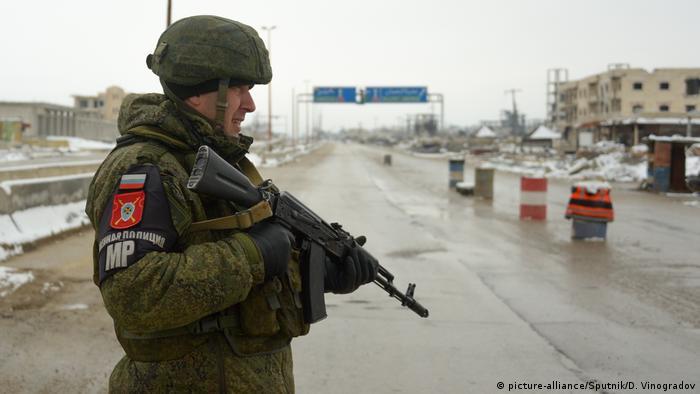 M-5 karayolunda Rus askerlerinin bulunduğu bir kontrol noktası
