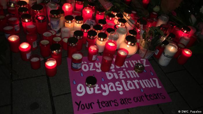 Velas e cartazes homenageiam vítimas dos ataques a tiros em Hanau, no oeste da Alemanha