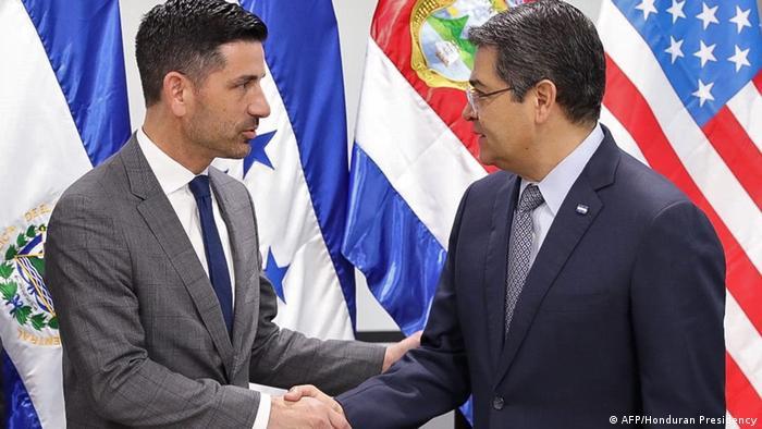 Foto de Chad Wolf y Juan Orlando Hernández