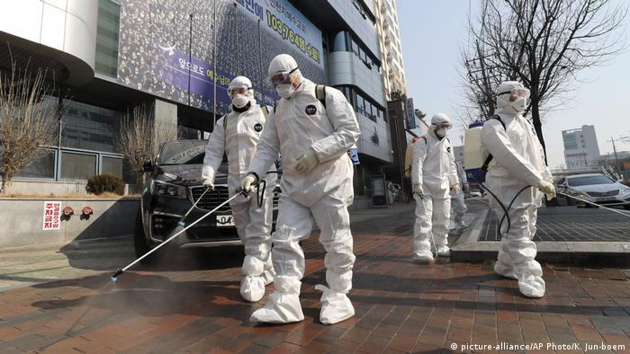 Südkorea Daegu Desinfektion wegen Coronavirus (picture-alliance/AP Photo/K. Jun-boem)