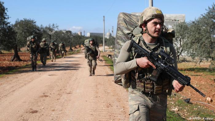 Tureccy żołnierze kilka kilometrów na południe od Idlib, stolicy objętego walkami regionu