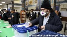 21.02.2020, Iran, Teheran: Ein Wähler gibt seinen Stimmzettel bei den Parlamentswahlen in einem Wahllokal ab. Die Iraner begannen am 21.02.2020 mit der Abstimmung über ein neues Parlament, wobei die Wahlbeteiligung als eine wichtige Maßnahme zur Unterstützung der iranischen Führung angesehen wird, da Sanktionen die Wirtschaft belasten und das Land diplomatisch isolieren. Foto: Vahid Salemi/AP/dpa +++ dpa-Bildfunk +++ |