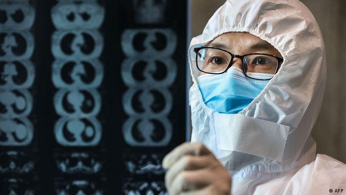 China Hubei Provinz Arzt mit Lungen-Röntgen-Bilder