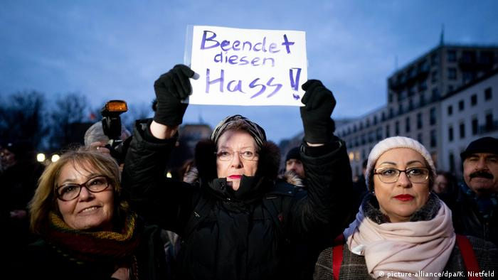 Women take part in vigil for the victims of the Hanau shootings (picture-alliance/dpa/K. Nietfeld)