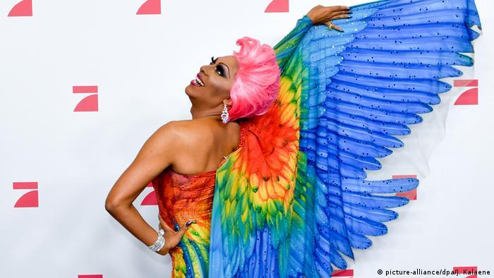 Travesti vestido de anjo arco-iris