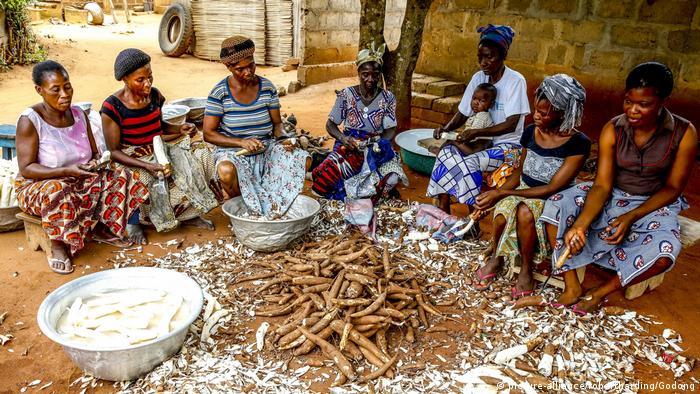 Togo Lome Frauen schälen Maniok