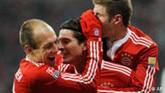 Torschütze Gomez (m.) wird von Robben (l.) und Müller gefeiert. (Foto: AP)